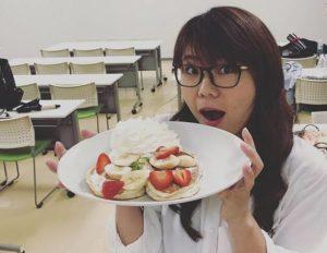 お皿を持つ山崎ケイ