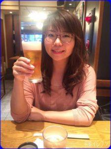 ビールを持つ山崎ケイ