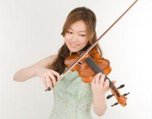 ヴァイオリンを弾く東山加奈子